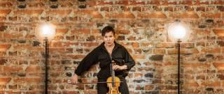 Näyttelijä Karoliina Kudjoi soittaa viulua.