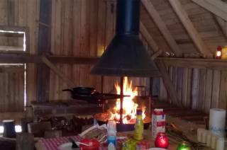 Nuotio palaa Ilolan maatilamatkailun metsämajalla.