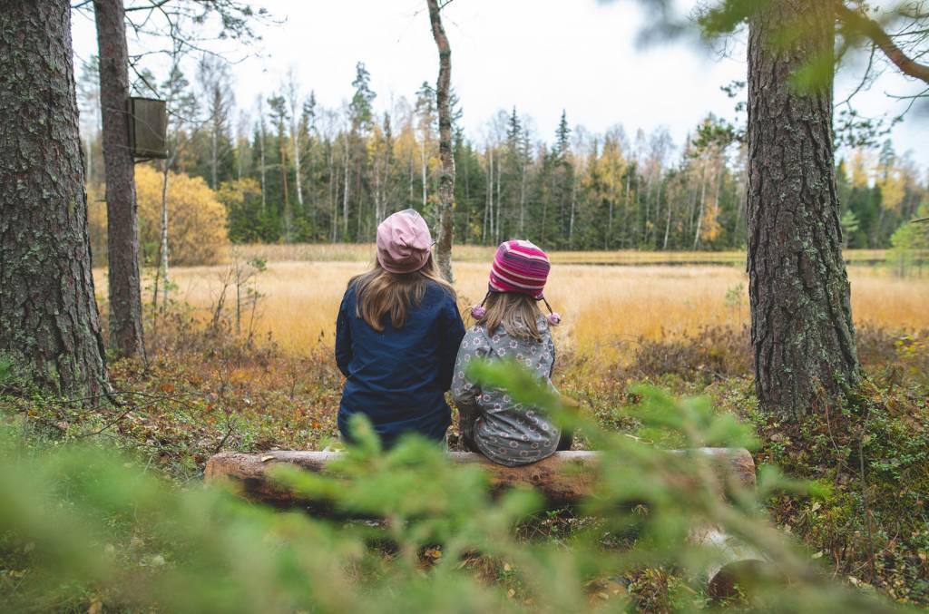 Kaksi tyttöä katselee Korentijärvelle.
