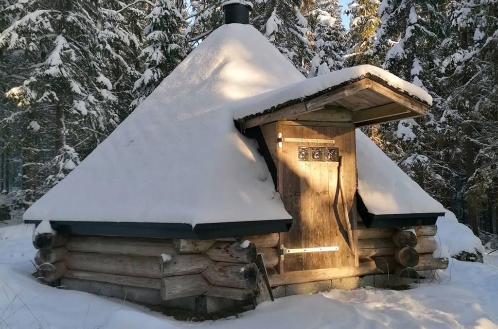 Salminen cottages goahti in winter time.