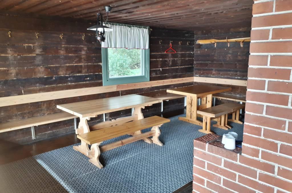 Rauttunmajan saunarakennus sisältä Valkeakosken vuokrattava vapaa-ajantila.