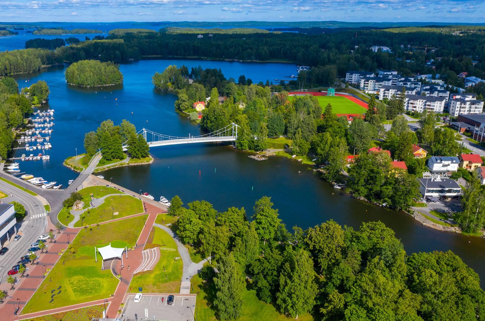 Ilmakuva Valkeakosken keskustasta kuvassa näkyy mm. Lepänkorvan puisto, Putaansilta ja Mallasveden rantaa.
