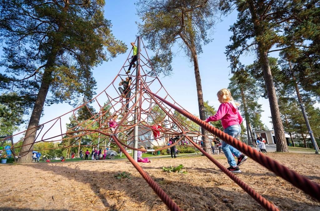 Lapset leikkivät Seikkailupuiston kiipeilytelineessä.
