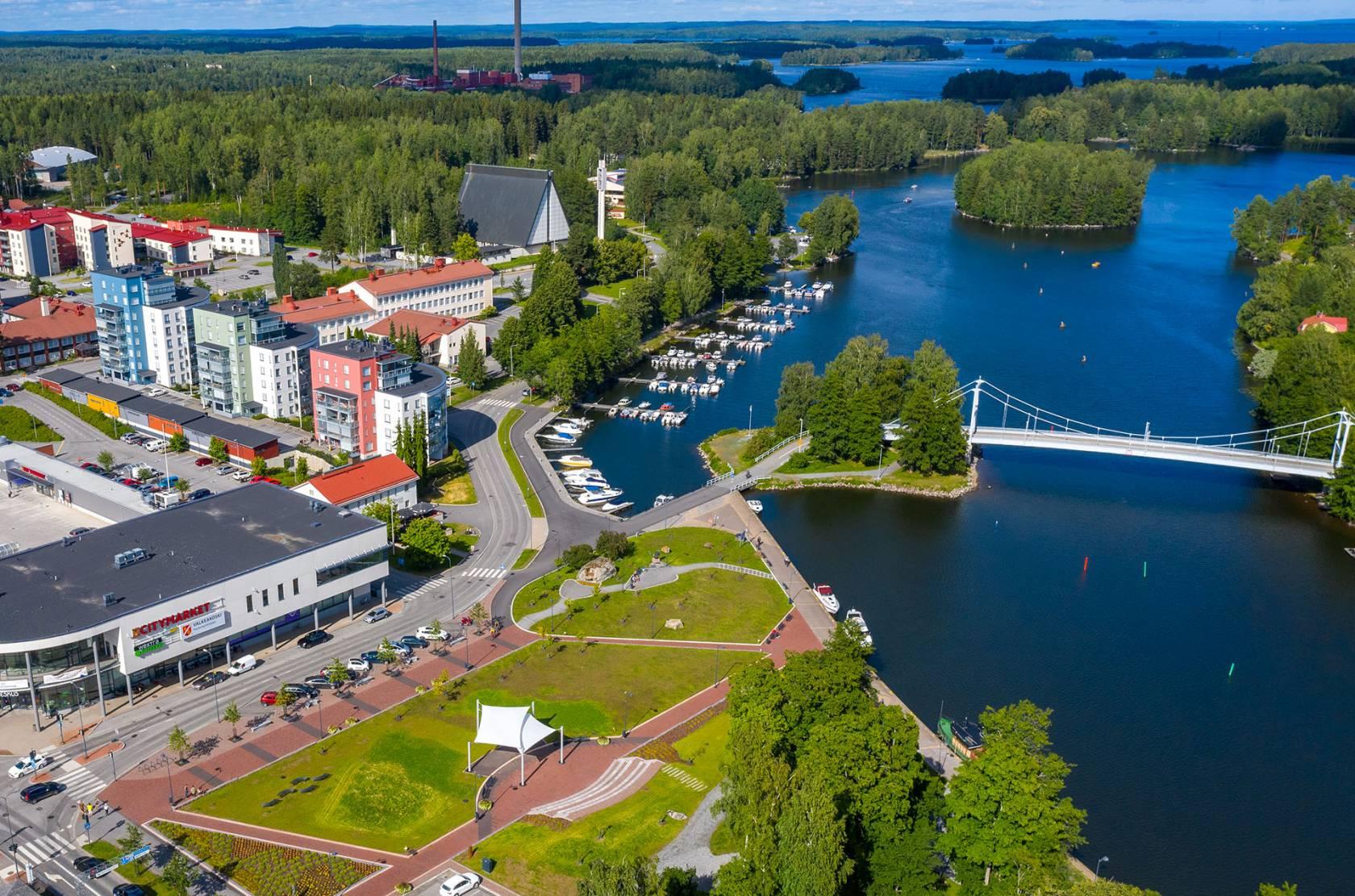 Ilmakuva Valkeakosken keskustasta kuvassa näkyy mm. Lepänkorvan puisto, Putaansilta, veneitä ja Mallasveden rantaa.