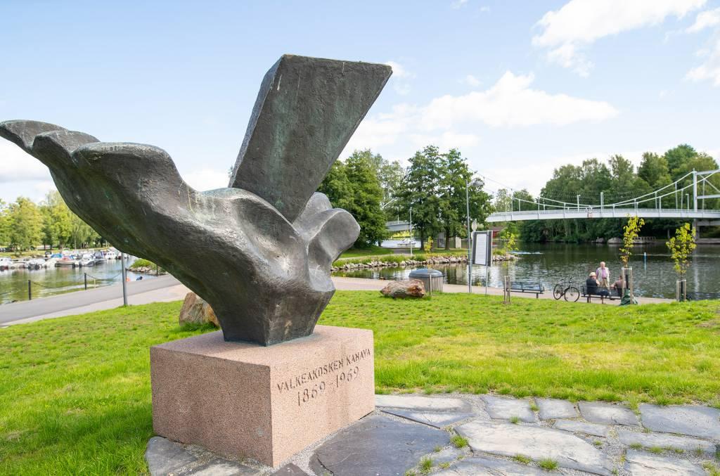 Vesitie-patsas Lepänkorvan puistossa Valkeakoskella.