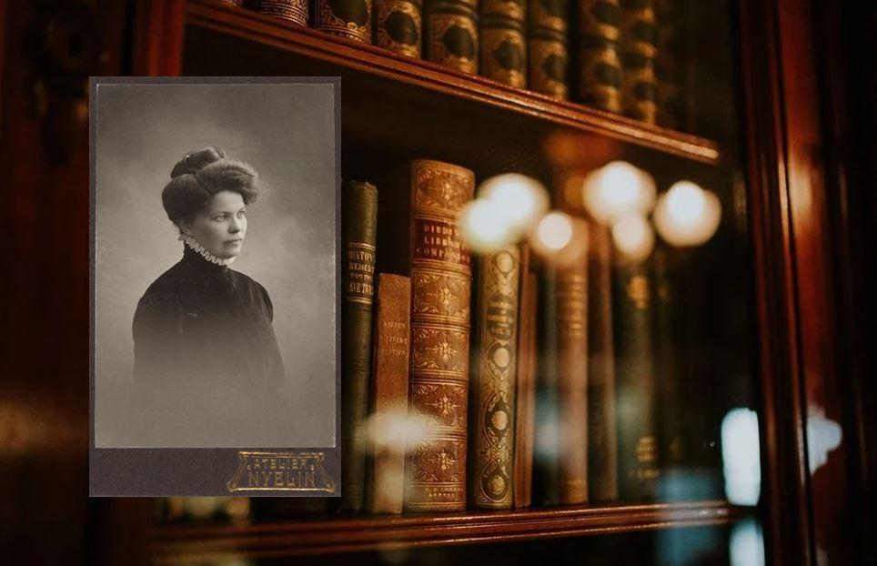 Nostalginen kuva Maria Jotunista lisättynä kirjahyllyn viereen.