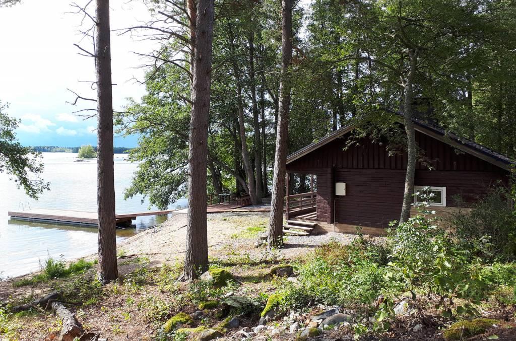 Rauttunmajan saunarakennus Vanajaveden rannassa.