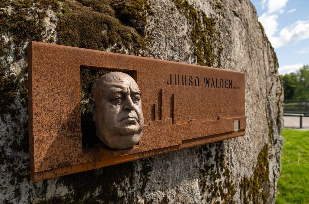 Juuso Waldenin muistomerkki Valkeakoskella Lepänkorvan puistossa.