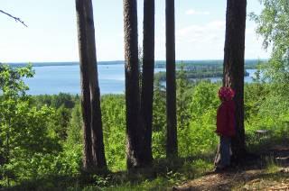 Tyttö katselee Rapolanharjun kansallismaisemaa.