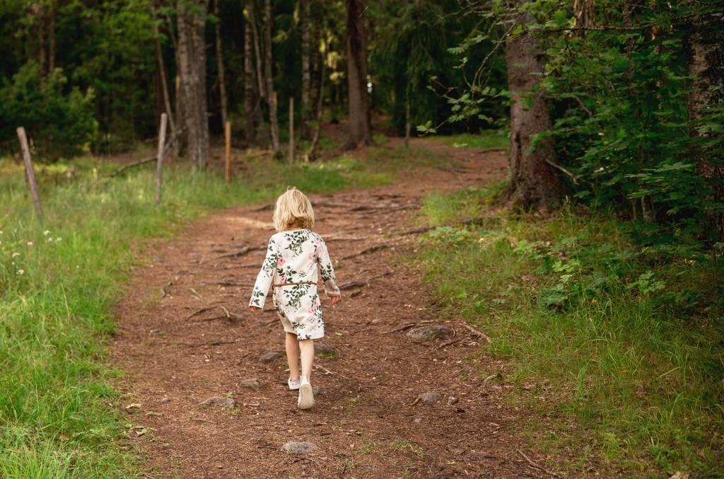 Tyttö kävelee Rapolanharjun polkua ylöspäin.
