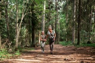 Nainen ja tyttö kävelevät Rapolanharjun polkua ylös.