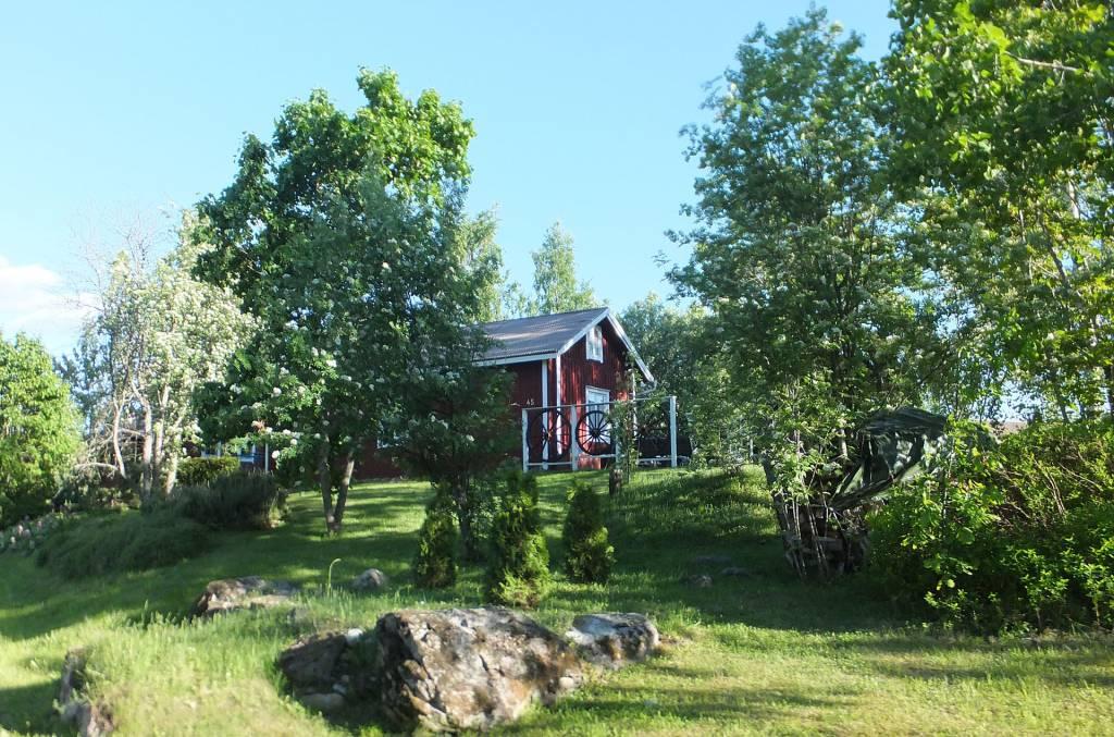 Vanha puinen asuinrakennus Huittulassa mäen päällä.