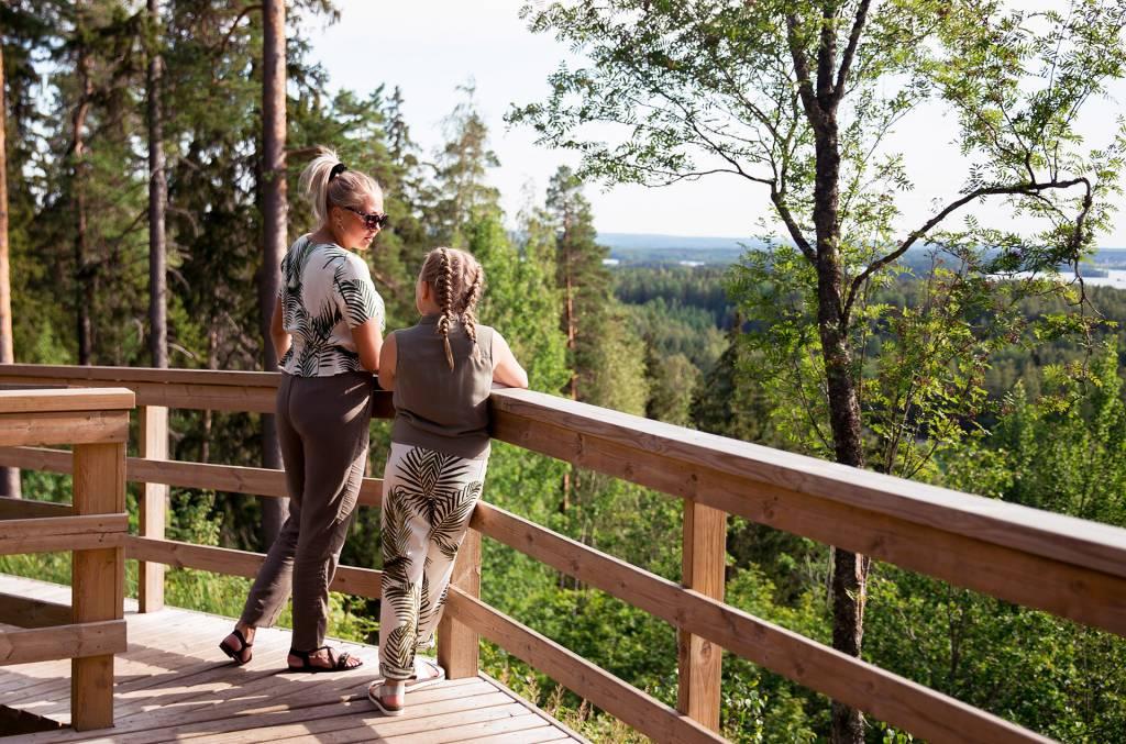 Nainen ja tyttö katselevat maisemia Rapolanharjun näköalatasanteella.