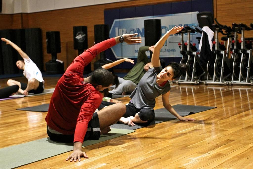 Jumppaajat tekevät rauhallisia lihaskuntoliikkeitä ja -venytyksiä.