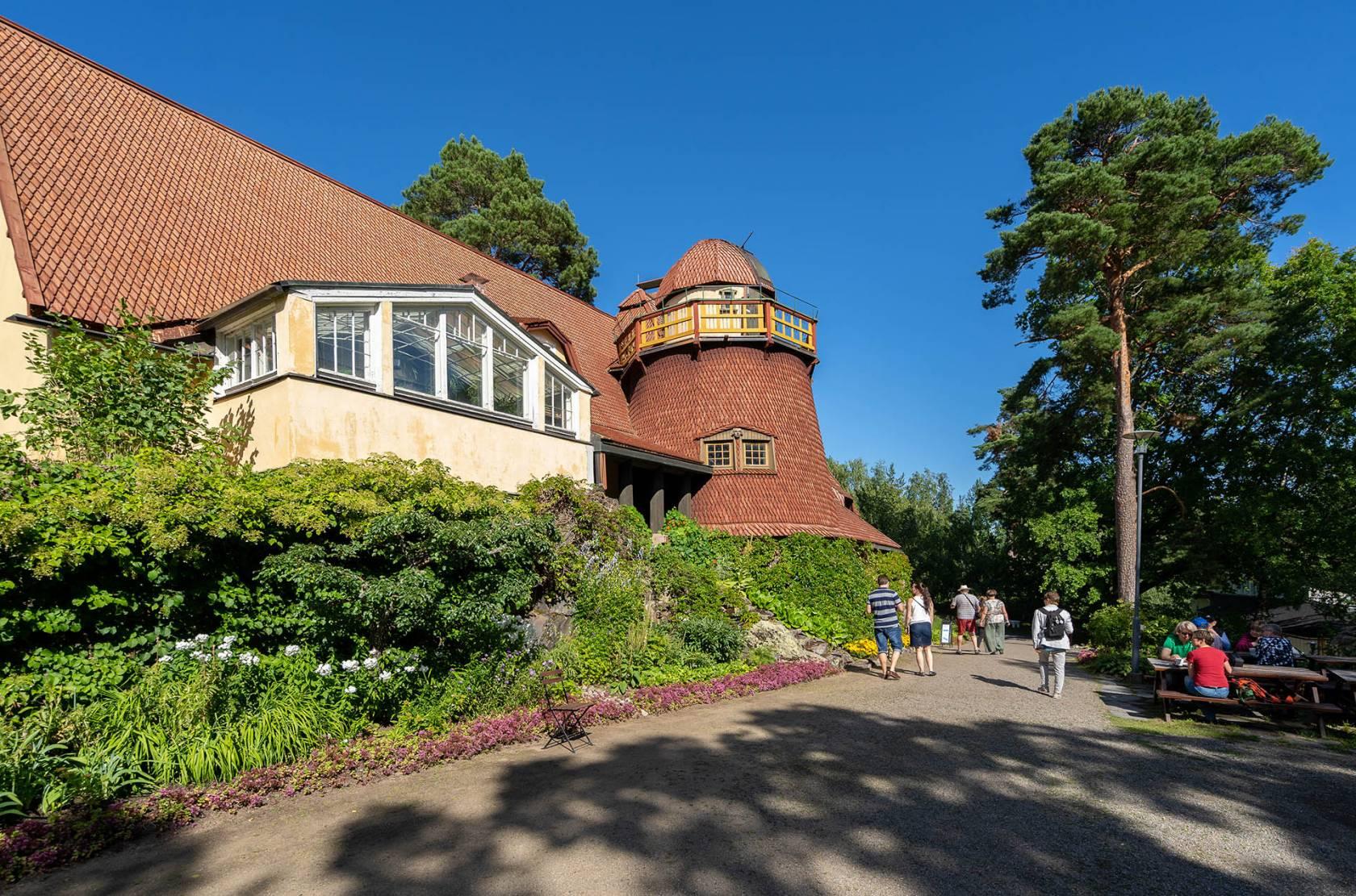 Visavuoren museon ateljee-rakennus ulkoapäin kesällä.