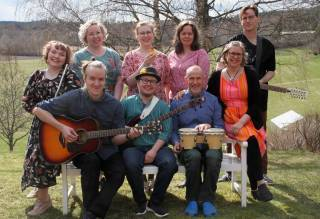 Houkutuslinnun folkhenkisessä kokoonpanossa vaikuttavat myös Valkeakoskilais muusikot Timo ja Saara.