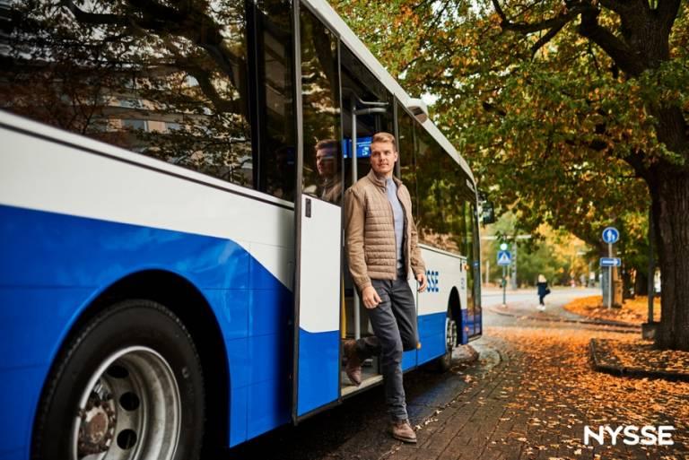 Matkustaja astuu ulos Nysse bussista