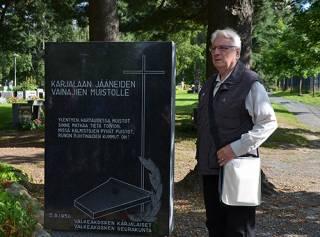 Heikki Heino opastaa hautausmaakierroksella.