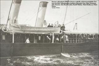 Vanha kuva höyrylaivasta ja sen matkustajista.