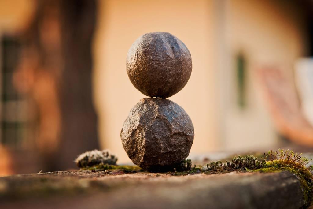 Kaksi pyöreää kiviä päällekkäin.