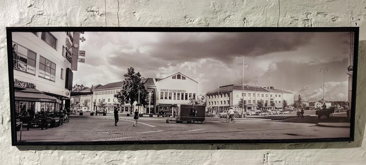 Mustavalkoinen valokuva, missä vanhaa ja nykyistä Valkeakosken keskustaa yhdistettynä.