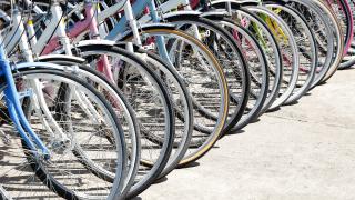 Kuvituskuvana polkupyöriä.