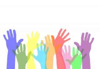 Eri värisiä käsiä pystyssä.