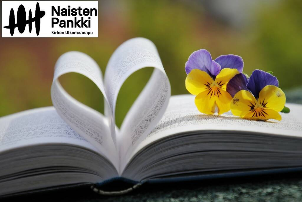 Kirja, jossa kaksi sivua taitettu sydämen muotoon ja kukka kirjan päällä. Vasemmassa ylänurkassa logo Naisten Pankki, Kirkon Ulkomaanapu.